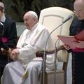 Si siede accanto al Papa durante l'udienza: protagonista un bambino di San Ferdinando di Puglia